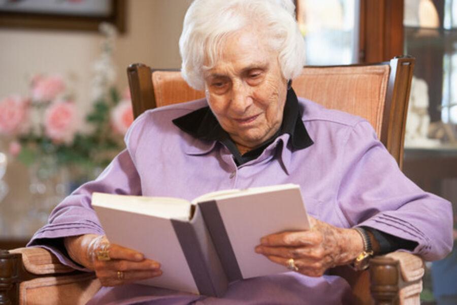 Ældre dame der læser